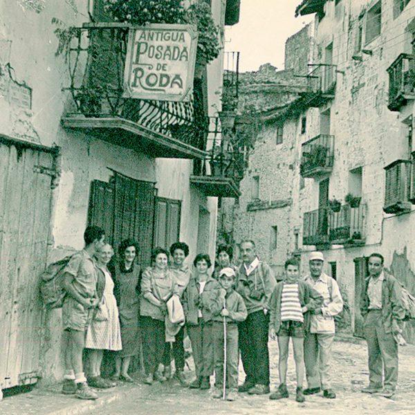 Visita de excursionistas a la Antigua Posada Roda de Beceite